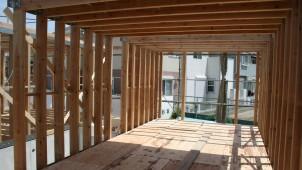 木造賃貸に新工法 木の「箱」つなげて大空間に
