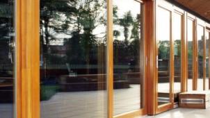 U値0.98、大型化実現した木製トリプルガラス引戸