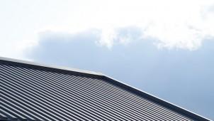 穴あけせずに太陽光パネル設置が可能に、テクノストラクチャー向け専用屋根材を開発