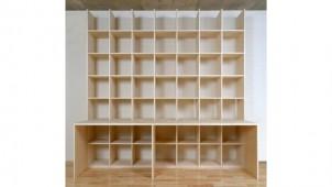 壁一面の本棚付きカウンターデスク