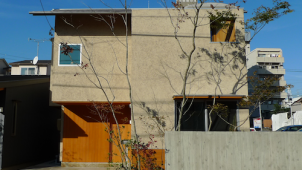 名古屋の阿部建設がゼロエネモデルハウスを完成、伊礼智氏の設計で