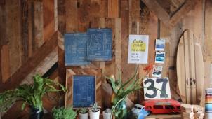 張るだけで個性的な空間に。ベイマツ古材を使ったDIY用板材