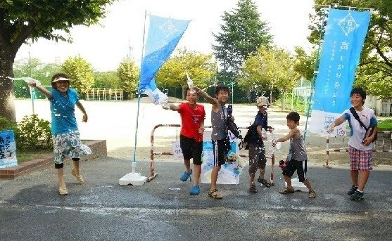 「MADOショップ蟹江学戸店」での打ち水イベント風景
