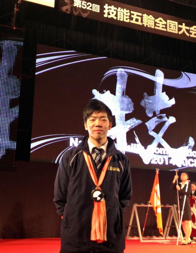 建築大工の部において2年連続で銀賞を受賞した鈴木さん(ポラスハウジング協同組合)。また、ポラスハウジングから出場した斎藤竣さん、田中凱さんは初出場で敢闘賞を受賞