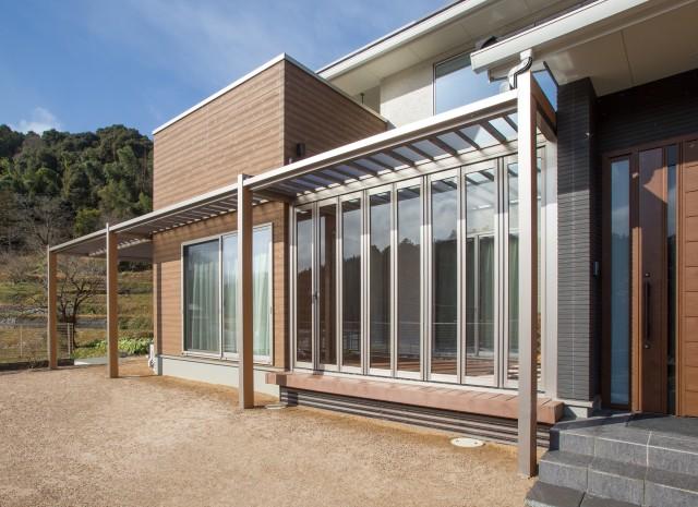 住宅エクステリア分野のグランプリはオンシャッターの個人邸。四国化成工業の「F.リード憩」「ファンデッキHG」などを採用した