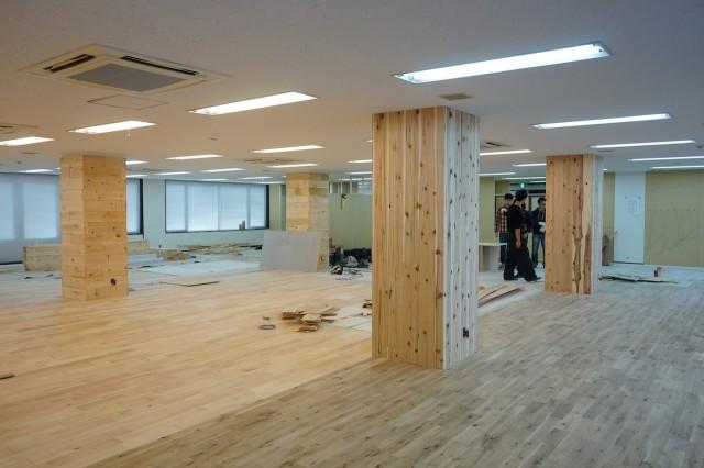 同社が提供する賃貸リノベサービス「TOMOS」の特徴となっている無垢床材は社員全員で張った。
