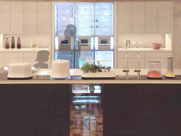 キッチンエリア。キッチン本体に冷蔵庫機能を持たせることも提案している。手前が「非接触給電エリア」という想定。