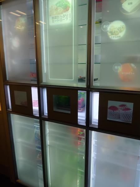 冷蔵庫。体調と在庫を加味して推奨メニューを扉に表示する。