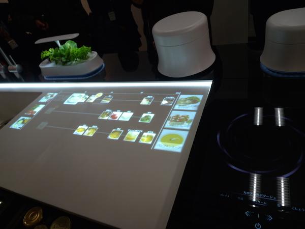 調理フローを投影するキッチンの調理台。家族で調理分担できるよう、左右にスライドするIHクッキングヒーターを考えた。