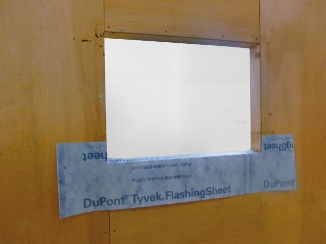 業界初の透湿機能をもつ水切りシート「タイベック フラッシングシート」の窓台部の施工イメージ。雨漏りと結露被害を抑える。