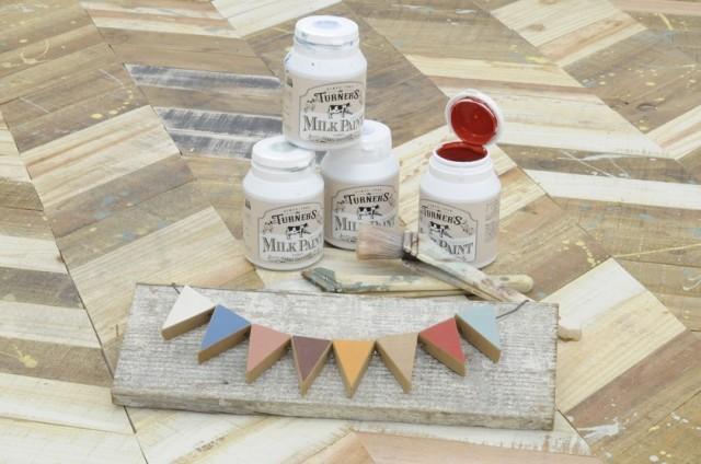 仕入れルートにこだわった女性目線の塗料やワックスを揃える。販売前にあえてビンテージ感の出る加工をほどこすことで「他では買えない」商品に。手前のガーランドは木材と塗料を使って約1時間で製作できる。
