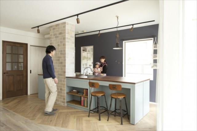 「理想のキッチン」はアイランド型で、シンクは2方向から使える。可動式カウンターの配置により、シーンによって作業台としても、おもてなしカウンターとしても使える。