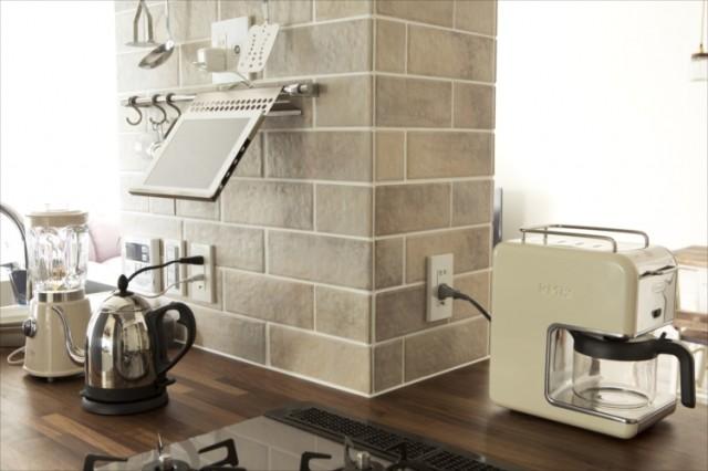 10カ所にコンセントを付け、ストレスなくキッチン家電が使える。
