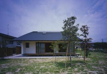 見学する村松篤氏の設 計物件の外観(撮影:市川かおり)