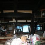 内部は太い柱と梁。戦前には馬屋もあった