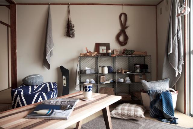 4.5畳の和室にソファを置きリビングルームに。DKとの仕切りを外し連続空間とした。
