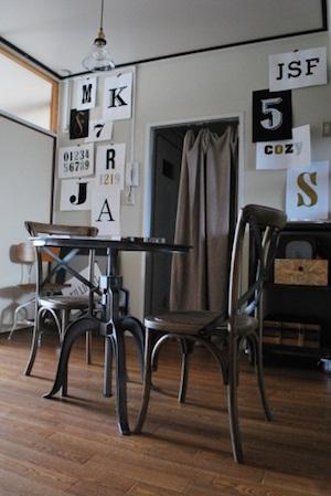 ダイニングルームは、「クラフト感」と「ほどよいインダストリアル感」を表現。カフェセットを置いた。