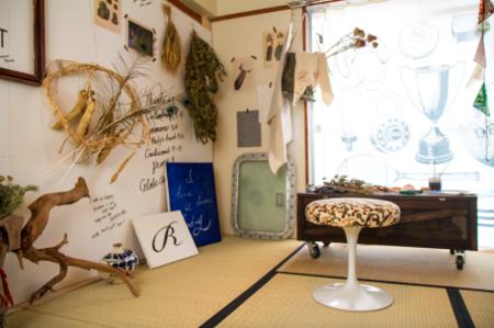 6畳の和室をアトリエに。外国人のフラワーアーティスト(夫)と、日本人のイラストレーター(妻)の住まいという設定。