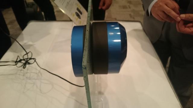 マグネット式・ガラスを介して給電できるため施工が簡単