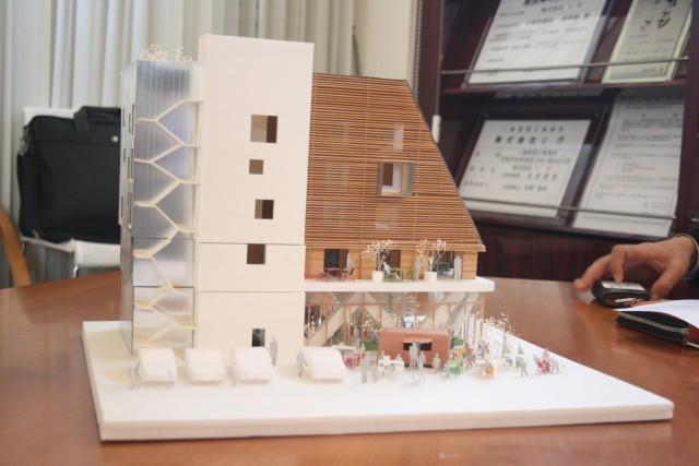 国産材2×4によるRC造・木造5階建ての大型商業ビルの模型。国土交通省の地域型住宅グリーン化事業の「優良建築物」部門に採択されている