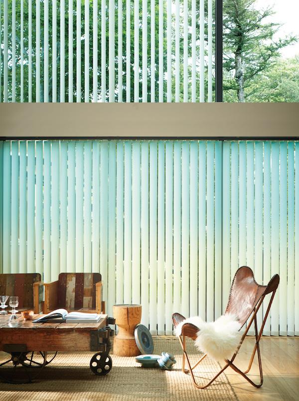 タテ型ブラインド「アルペジオトレンドコレクション」。細い帯状のルーバーが垂直に並んでいるため、天井を高く見せる効果がある。
