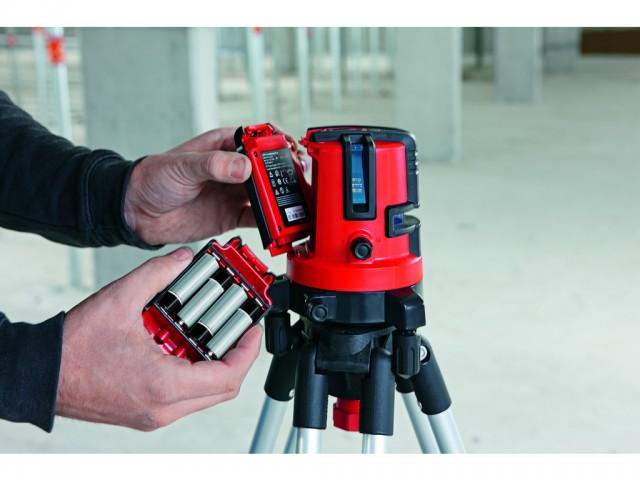 微調整ネジにより水平方向に360度回転可能。充電池と乾電池の両方に対応する。