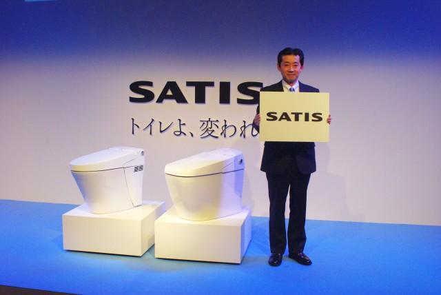 発表会にて説明する川越啓次氏。商品は左がGタイプ、右がSタイプ。