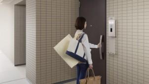 YKKAP、集合住宅用スマートドアに電気工事が要らない「電池式」