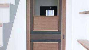 住空間設計Labo、専門スクールと協同で天然皮革ドアを開発