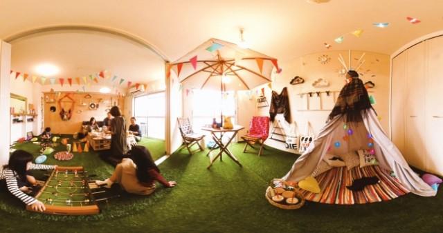 写真は、クリエイター柴田麻衣子さん家族によるホームパーティーの様子。壁面をウッドにアレンジし、棚の設置や装飾を施したり、雑貨も本来の使い方だけではなく新しい使い方やユニークなアレンジを加えた使い方をしている。
