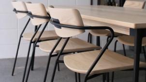 マルケイ木工、スチール×無垢木材の家具シリーズを発表