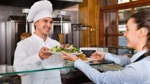 高畑建設の「贅沢宿泊体験」が人気、一流シェフの夕食サービスを無料で