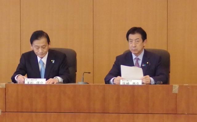 初会合には塩崎恭久厚生労働大臣(右)と末松信介国土交通副大臣も参加した