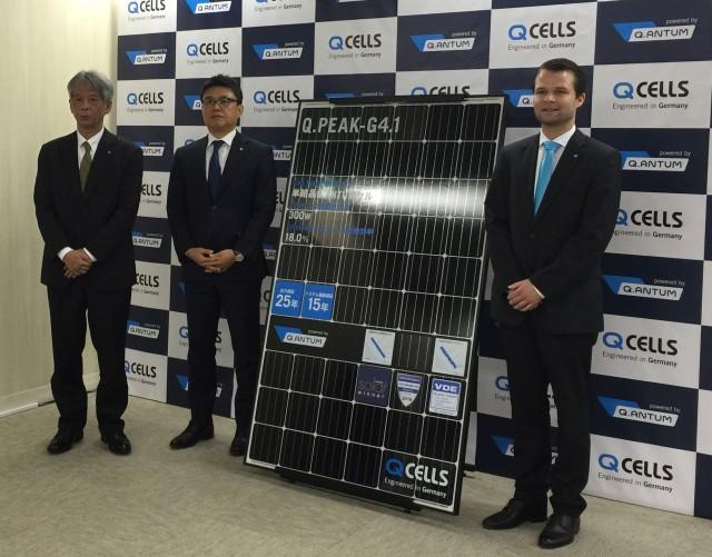 新製品発表会でドイツの太陽光発電事情を紹介したハンファQセルズのマクシミリアン・シュラーデさん(右)とハンファQセルズジャパンのキム・ジョンソ社長(中央)