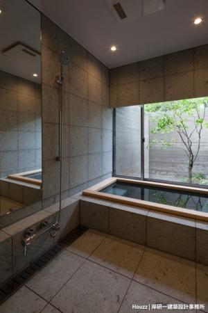 岸研一建築設計事務所(京都府)の《瑞穂の家》のバスルームは、プライバシーを守りながら外に開かれており、理想的な日本のお風呂として人気を集めた