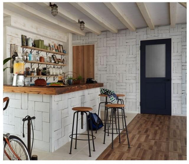 「ヴィンティア」の施工例2。明るくナチュラルなカリフォルニアスタイル。写真奥のドアがガラスタイプの室内ドア(色:ネイビーブルー)