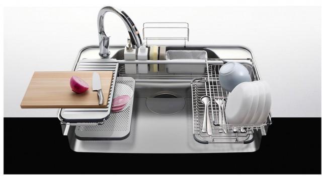 「Wサポートシンク」の使用例。調理台とマルチプレートがフラットなので広い作業スペースが確保できる。下段にセットしたアンダー水切りプレートは茹でこぼしに便利。
