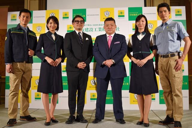 新ワークウェアを着用したモデルと丸山敬太氏(中央左)と宮坂寿文氏(中央右)