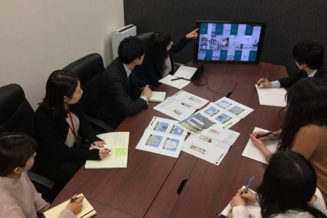 ホーメストの研修風景。新築・リフォームのデザインと建材の提案、概算予算と商品プレゼンボードの自動作成などが行われる