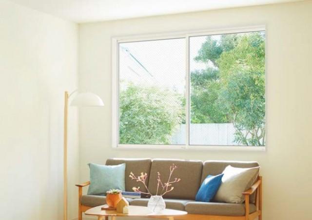 アルミと同等価格を実現した高性能ハイブリッド窓「防火戸FG-L」の施工例。5月には業界初の「防火+防犯ガラス」仕様も発売する。