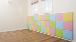 子どもがぶつかっても安心、着脱自在な壁用クッションを開発 LIXIL住研