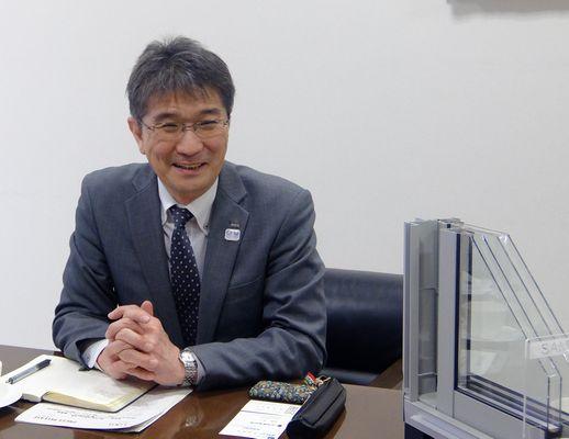 新製品の見本を前にインタビューに答える木村部長