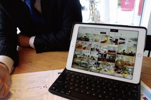 iPadによるデジタルカタログは、ICTを使ったブランディング強化の象徴的な存在。設備や換気など異なるものも一つにまとめられ、説明が施主に伝わりやすくなった実感があるという