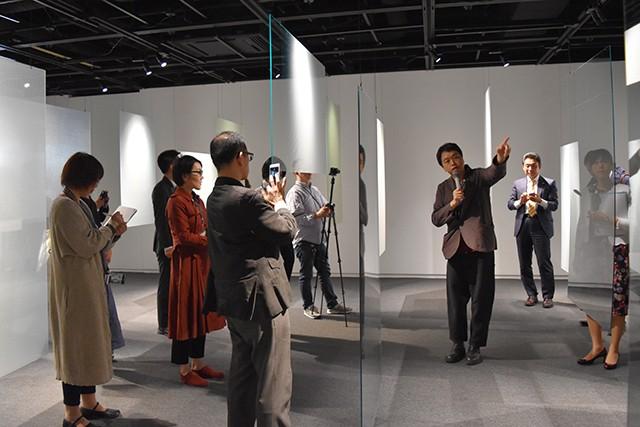 鈴野浩一氏(中央右)によるインスタレーション紹介ツアーの様子