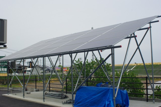 敷地内に野立て設置された太陽光パネル