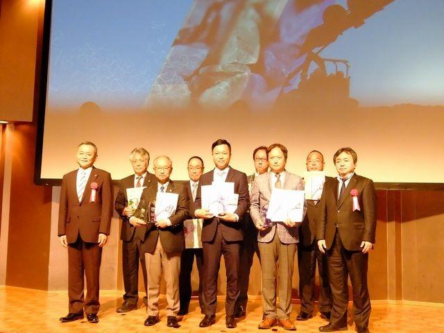 受注キャンペーン2017にて上位入賞を果たした企業。中央が出雲採石の吉田常務