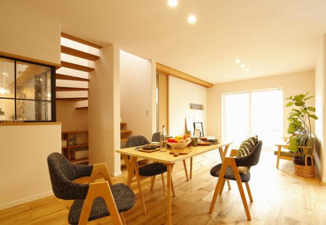 「おうち計画プロジェクト」イメージ画像(一例)。階段下を活用した本棚があるリビング(上)とすべてが見渡せるキッチン(下)