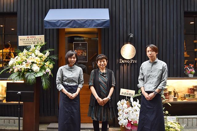 ビビッドヴアンCEOの東やよい氏(中央)、同社社員の坂戸さん(左)と小貫さん(右)