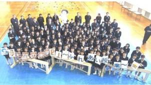 アキュラホーム、「木望の未来プロジェクト」で間伐材の学習机用天板を1166枚寄贈