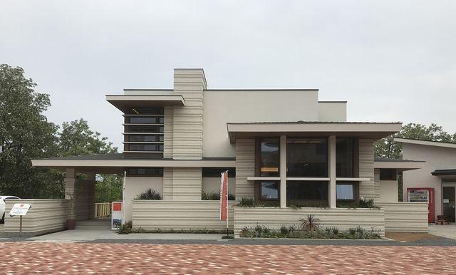 (上) ハウジングメッセ長野住宅公園にオープンした「モルディナ」。(下)ハウジングメッセ甲府住宅公園にオープンした「アルモニ―」